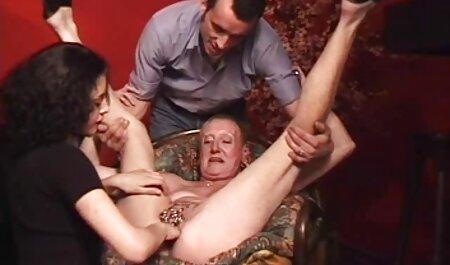 Alessia dải trần truồng trên phim sec tiep vien hang khong đi văng và masturbates